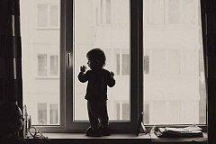 В Хабаровске из окна многоэтажки выпала двухлетняя девочка