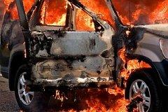 В Хабаровске огнеборцы не смогли проехать к горящему во дворе автомобилю из-за шлагбаума