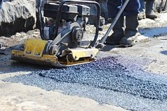 На хабаровские дороги уложено более 120 тонн «холодного асфальта»
