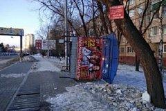 Мощный ветер снес остановку в Хабаровске (фото)