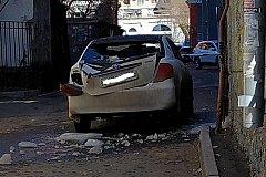 Сорвавшаяся с крыши ледяная глыба пробила автомобиль в Хабаровске (фото)