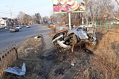 Пробил ограждение и улетел с дороги пьяный автолюбитель в Хабаровске (фото)
