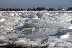 Внедорожник с водителем провалился под лёд в Комсомольском районе