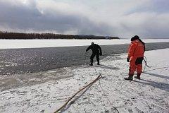Поиски провалившегося под лед внедорожника с водителем идут в Комсомольском районе