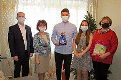 Молодая пара хабаровских педагогов перед Новым годом получила квартиру от мэрии