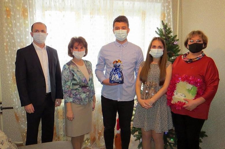 Молодая пара хабаровских педагогов перед Новым годом получила квартиру от мэрии фото 2