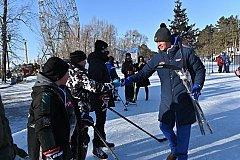 Дворовые команды юных хабаровских хоккеистов получили в подарок от Михаила Дегтярева новые клюшки