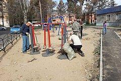В отремонтированных дворах Комсомольска начали устанавливать детские площадки